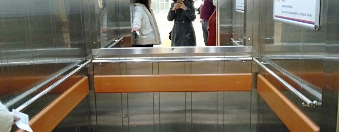 Atatürk Üniversitesi'nden ulaşılabilirlik Örneklerine dair bir fotoğraf karesi. Fotoğrafta bir asansör var.
