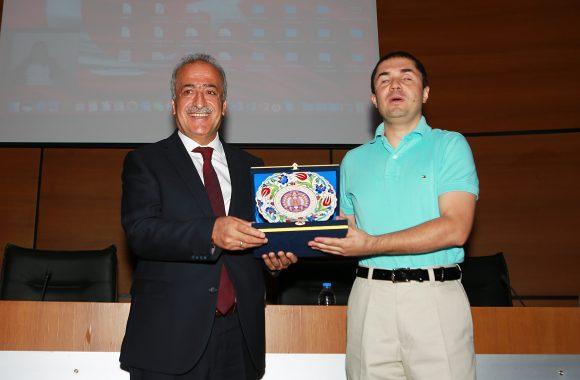 Şenlikten bir fotoğraf karesi. Atatürk Üniversitesi Rektörü Ömer Çomaklı sağda. katılımcılardan biri solda.