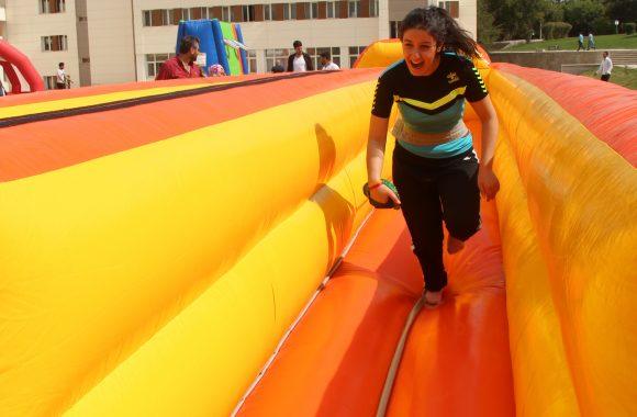 şenlikten bir fotoğraf karesi. katılımcılardan biri koşuyor